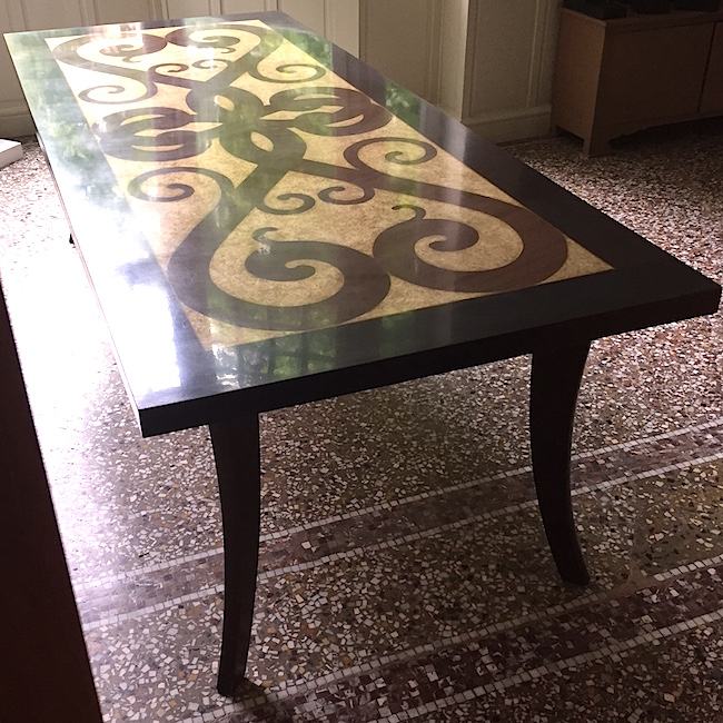 Table effet marqueterie